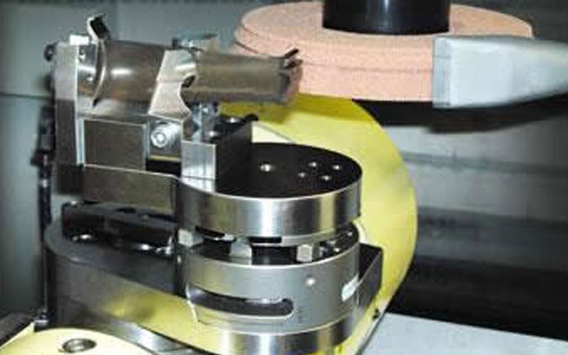 Figure 1 Let a small-diameter grinding wheel be processed with a tool path like a 5-axis machining center